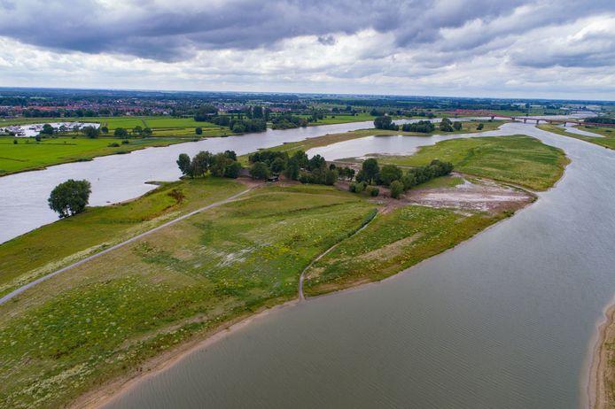 Rechts komt parallel aan de dijk een weg, waardoor de bewoners van het huis tussen de geul en IJssel niet meer ver hoeven om te rijden.
