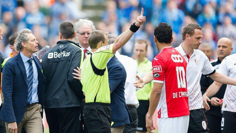 Serge Gumienny verwijst Ivan Vukomanovic naar de tribunes tijdens de voorbije Club - Standard.