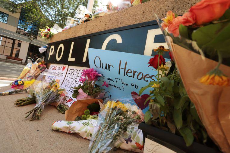 Bloemen worden neergelegd aan het politiekantoor in Fredericton.