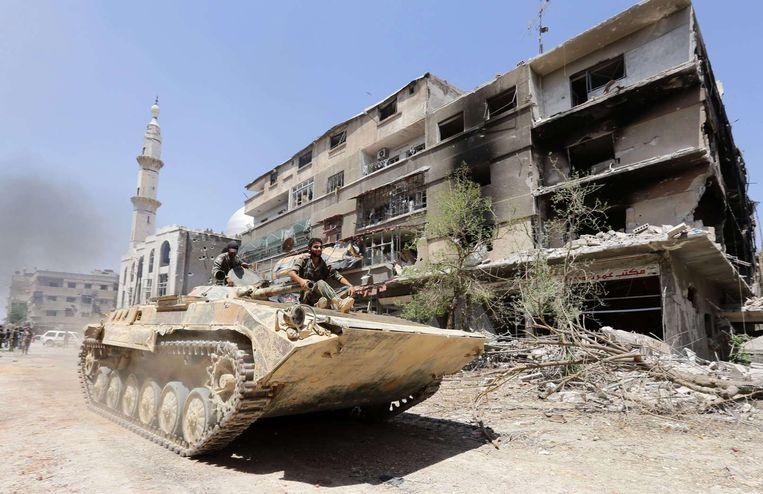 Een tank van het Syrische leger in de stad Damascus. Beeld anp