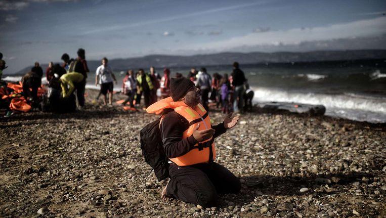 Vluchtelingen komen aan op het strand van het Griekse eiland Lesbos. Beeld afp