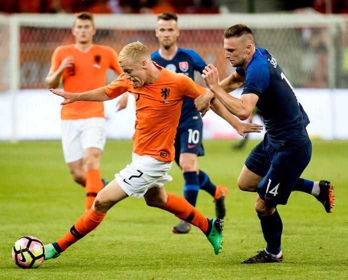 Donny van de Beek in duel met Milan Skriniar van Slowakije.