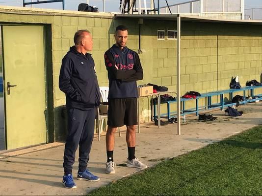 Adil Auassar (r) en Henk van Stee langs het trainingsveld