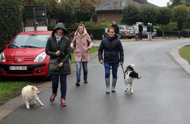 Tijdens de wandeling kunnen de honden allerlei opdrachten doen.