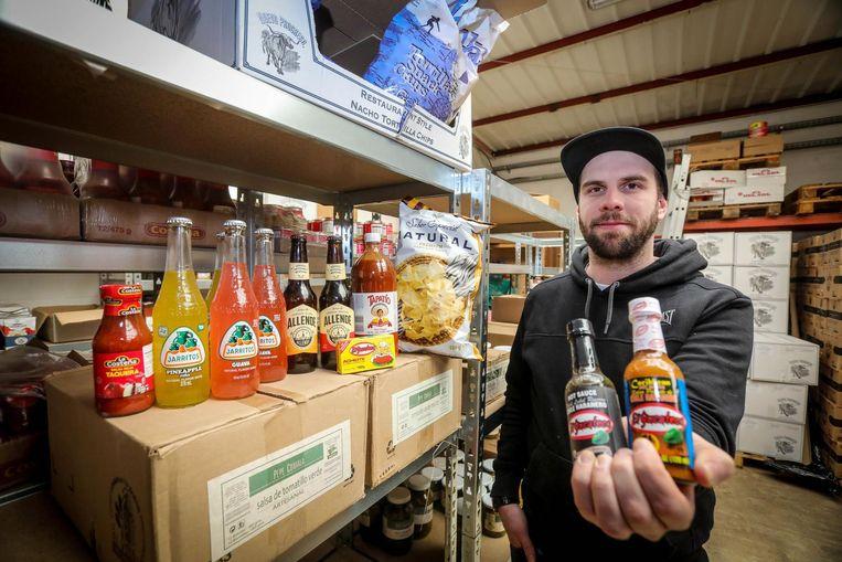 Stijn Deschacht in zijn loods vol Mexicaanse producten.