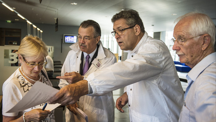 Henk Krol (2e R), partijleider van 50Plus controleert zijn kandidatenlijst op het stadskantoor in Den Bosch, 24 juli 2012.