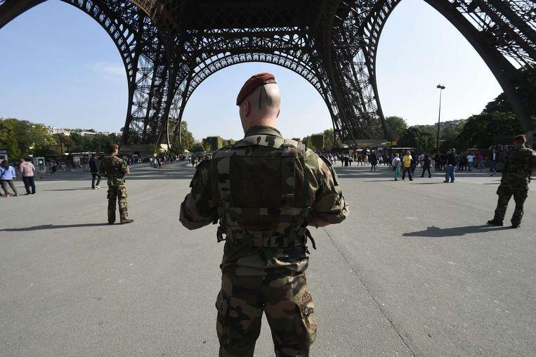 Militairen bewaken de Eiffeltoren in Parijs nadat Islamitische Staat heeft gedreigd met aanslagen. Beeld afp