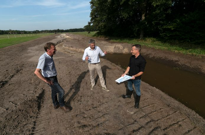 Leenderstrijpenaar Ton van Dijk, waterschapsbestuurder Martijn Tholen en projectleider Roel Dobbelsteen bij de nieuwe, kronkelende Oude Strijper Aa die deze herfst weer langzaam een beek moet worden.