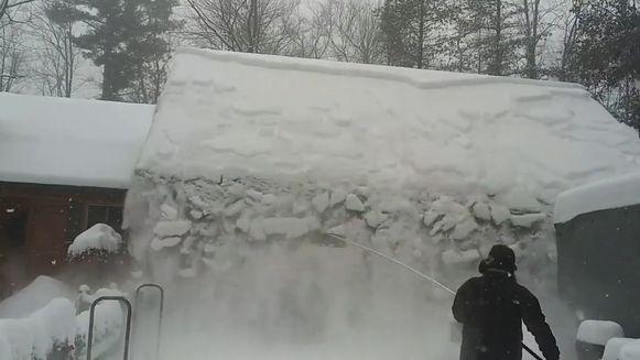 De sneeuwt schuift in één keer van het dak.