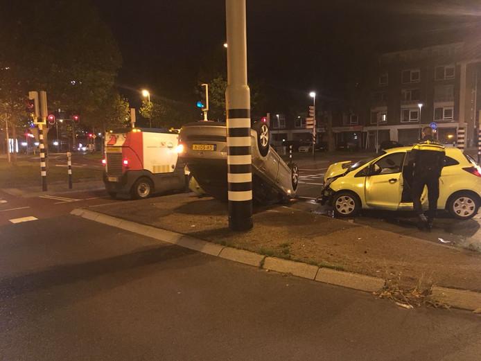 Een auto belandde na een botsing in Utrecht op de kop.