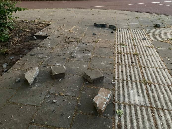 De relschoppers gooiden met stenen naar agenten en paarden.
