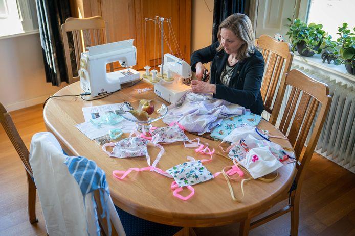 Miranda Huisman maakt mondkapjes. Foto: Erik van 't Hullenaar.