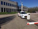 Een auto van de beveiliging voor de ingang van Charles River in Den Bosch.