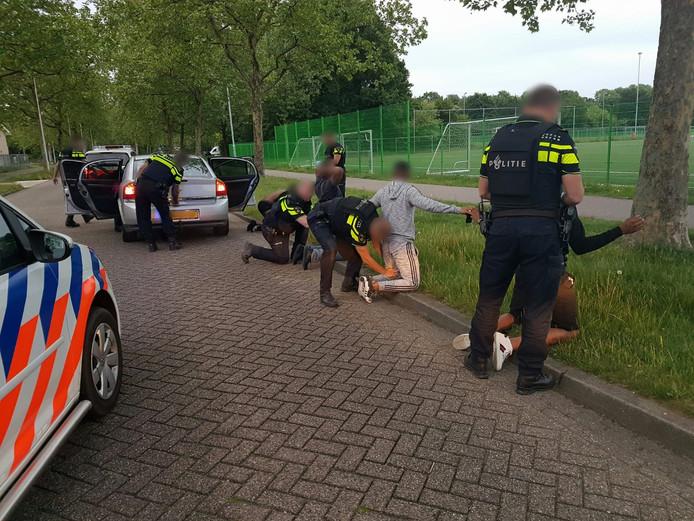 De aanhouding van de vier inzittenden van de Opel op de Johannes Zwijsenlaan in Oss.