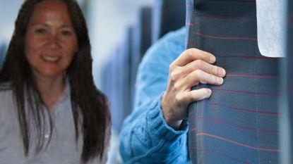 Vrouw zit op vliegtuig naast kind dat haar bont en blauw trapt, maar het is respons van crew die haar meest schokt