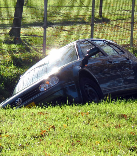 Auto belandt in sloot in Enschede