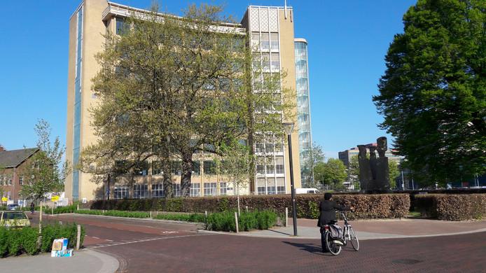 De voormalige Philips Bedrijfsschool/Summa College aan de Frederiklaan/Kastanjelaan in Eindhoven met rechts het Panta Rhei-fontein. Op de begane grond komt hier restaurant Loetje.