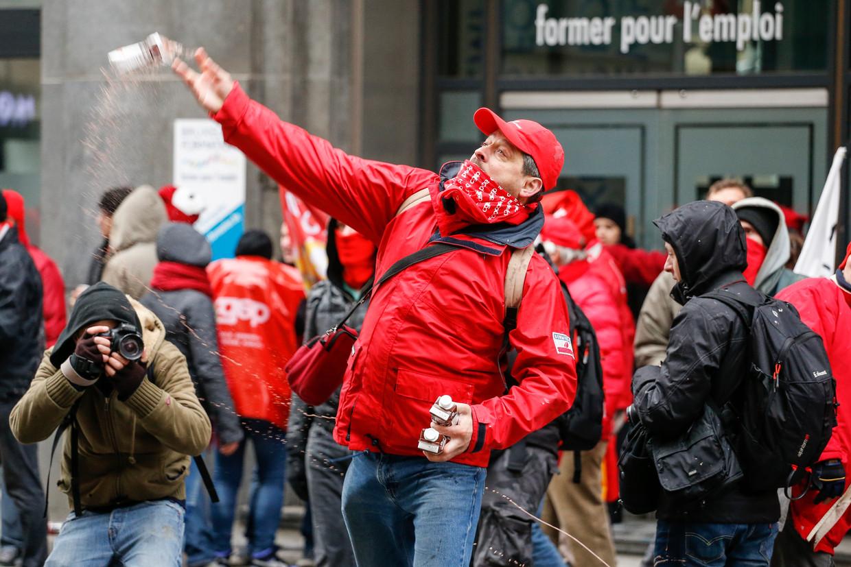 """De indexsprong, het optrekken van de pensioenleeftijd: de """"asociale"""" maatregelen van de regering-Michel kwamen haar al na enkele maanden op een hete herfst te staan. """"Maar die bleef zonder gevolg"""", aldus professor Geert Van Goethem (UGent)."""