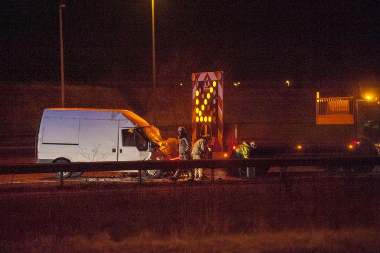 De bestelwagen raakte zwaar beschadigd door het ongeval.