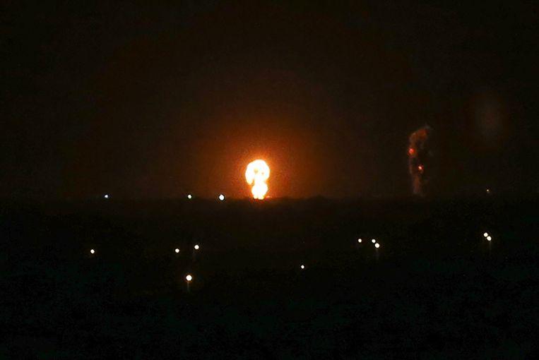 Een vuurbal boven Khan Yunis in het zuiden van de Gazastrook na de aanval van Israël.