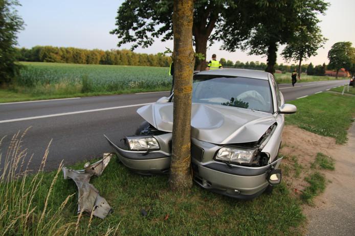 Op de Vierlingsbeekseweg in Overloon reed een auto tegen een boom.
