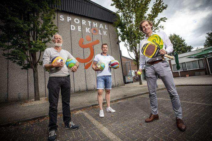 Jack Nieuwenhuis, Bas de Leeuw en Joost Snellink (vlnr) op de parkeerplaats voor sporthal De Kolk, waar van 5 tot en met 8 augustus de 25ste Boeskool Beach Games worden gehouden.