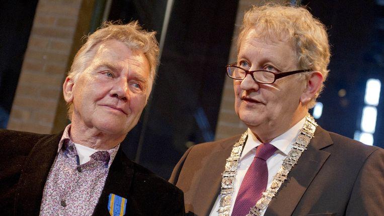 Willem Nijholt in april met burgemeester Eberhard van der Laan, toen hij werd bevorderd tot Ridder in de orde van de Nederlandse Leeuw. © ANP Beeld