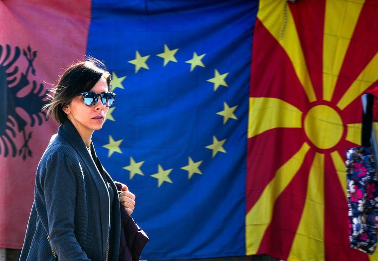 Aan Albanië (vlag links) en Noord-Macedonië (vlag rechts) worden verschillende eisen gesteld. Beeld EPA