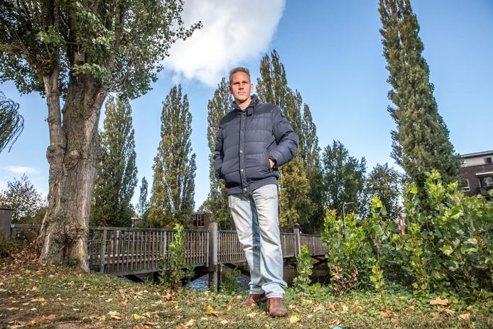 Hovenier Willem Overweg op de plek waar de populier zijn auto vernielde.