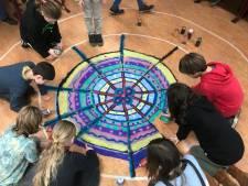 Kleurrijke mandala verbindt groep 7 van Rudolf Steinerschool nog elke dag
