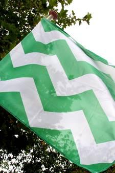 Vlaggen komen voor het gemeentehuis