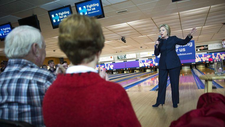 Hillary Clinton voert campagne in het bowlingcentrum van het dorpje Adel. Beeld Doug Mills / The New York Times