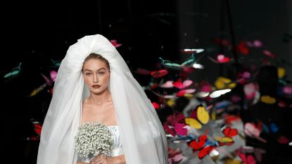 Gigi Hadid als bruidje op de catwalk van Moschino