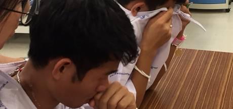 Thaise voetballertjes in tranen na horen van overlijden duiker
