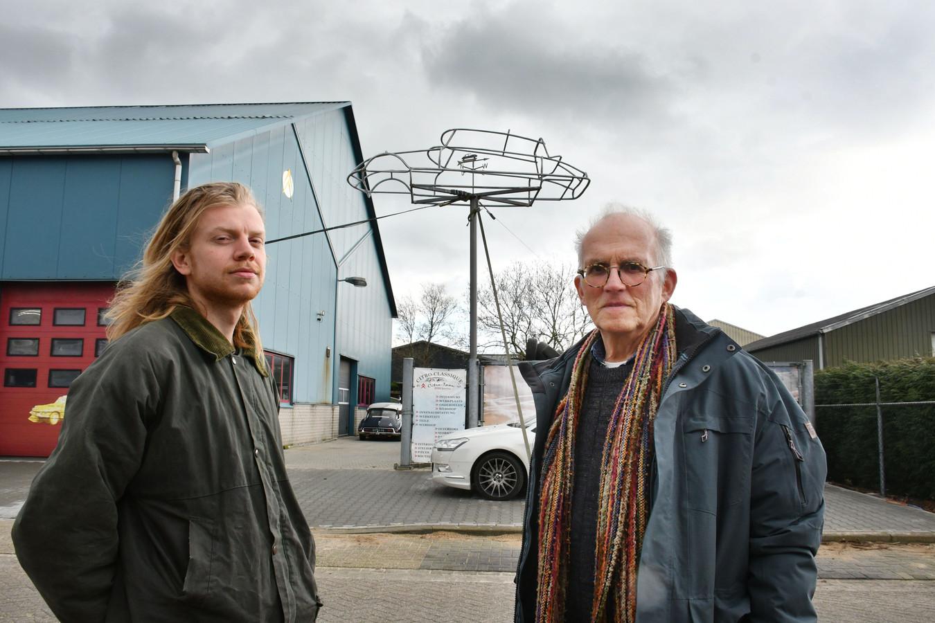 Daar staat de Citroën, op een paal op een bedrijventterrein. Zo had kunstenaar Ton Harmsen (rechts) het nooit bedoeld. Artez-student Reinier Postma (links) vond het werk terug nadat het rond 2005 spoorloos was verdwenen.