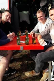 Franse vrienden spelen gezellig potje trut voor Decibel Outdoor losbarst