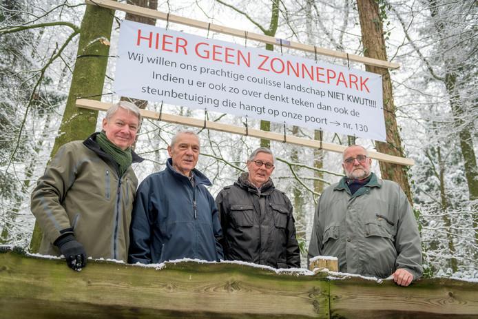 Met het inzamelen van handtekeningen begonnen (v.l.n.r.) Dick Hammink, Henk Wessels, Jon Schoo en Tom Staal begin 2019 hun actie tegen de komst van een zonneveld in Enschede-Zuid.