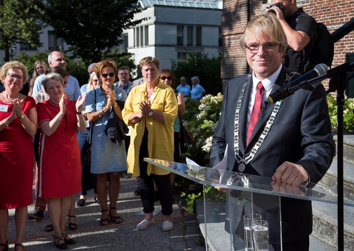 Maarssen - Burgemeester Witteman krijgt applaus na zijn toespraak op de midzomerbijeenkomst van gemeente Stichtse Vecht (Foto Marnix Schmidt)