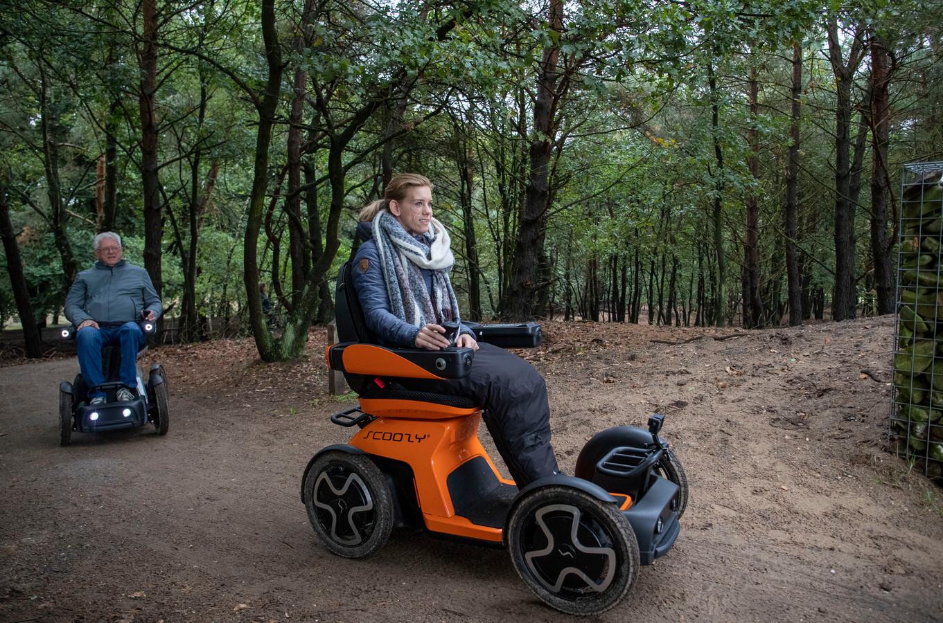 Rixt van der Horst in de oranje Scoozy in de bossen bij Oud-Reemst.