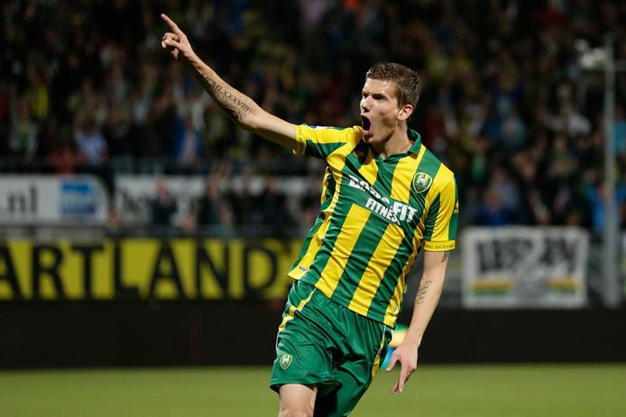 Michiel Kramer juicht na een goal namens ADO Den Haag.
