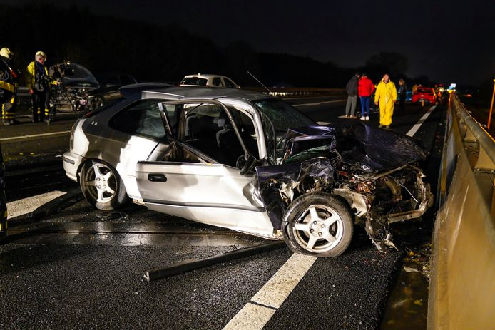De schade na één van de twee ongelukken op de A17 bij Zevenbergen/Klundert.