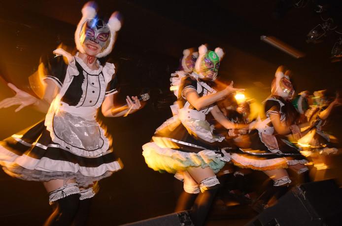 De Japanse meidengroep Kasotsuka Shojo tijdens een optreden in Tokyo. De groep heeft zich ten doel gesteld om de kennis van virtuele valuta te vergroten. De naam betekent in het Japans zoiets als de 'Virtuele Gelddames'. Foto Kazuhiro Nogi