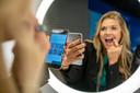 Een vrouw test een Philips product. Dit is niet de spiegel uit het stuk.