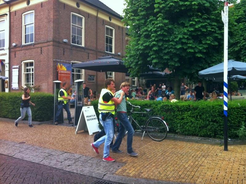 Politietraining op vol terras foto - Model van het terras ...
