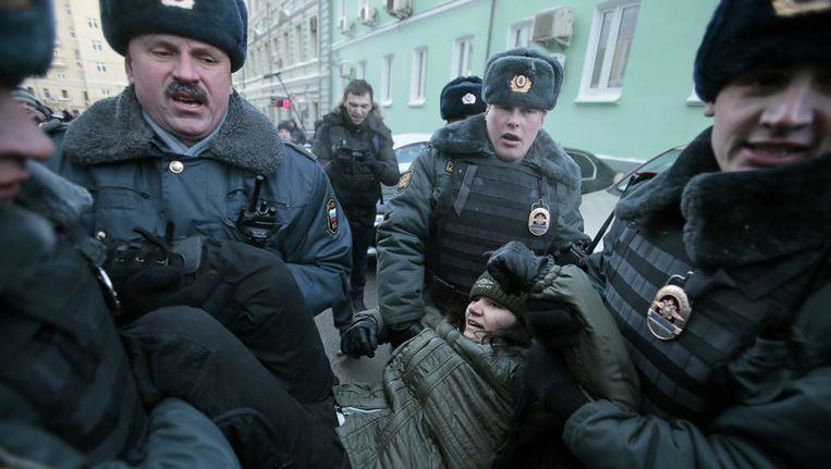 De politie pakt een betoger voor homorechten op voor de Doema.