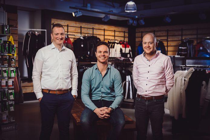 Ramon Zomer, geflankeerd door Frank Twilhaar (rechts) en Robbin ter Hedde, wordt het uithangbord van de nieuwe samenwerkingsorganisatie die Intersport en Reflex zijn aangegaan.