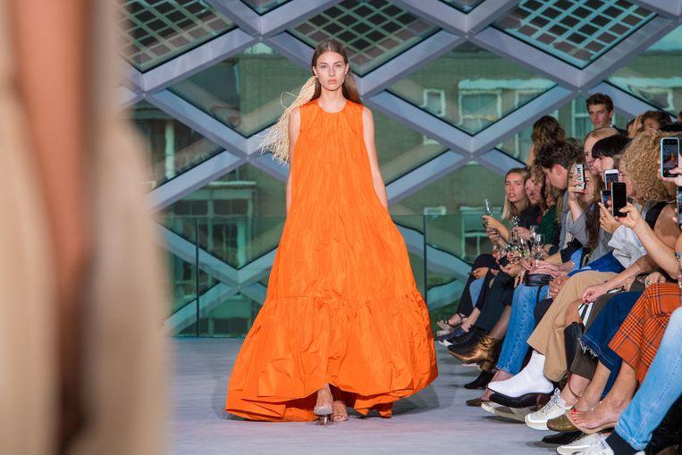Een model draagt een creatie van het Belgische modehuis Natan tijdens de Amsterdam Fashion Week. Beeld ANP Kippa