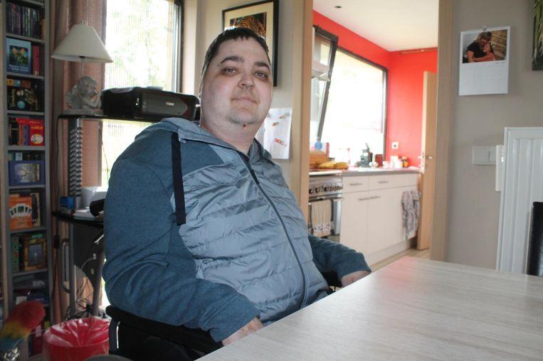 Laurent De Backer (32) brengt zijn dagen in een rolstoel door.