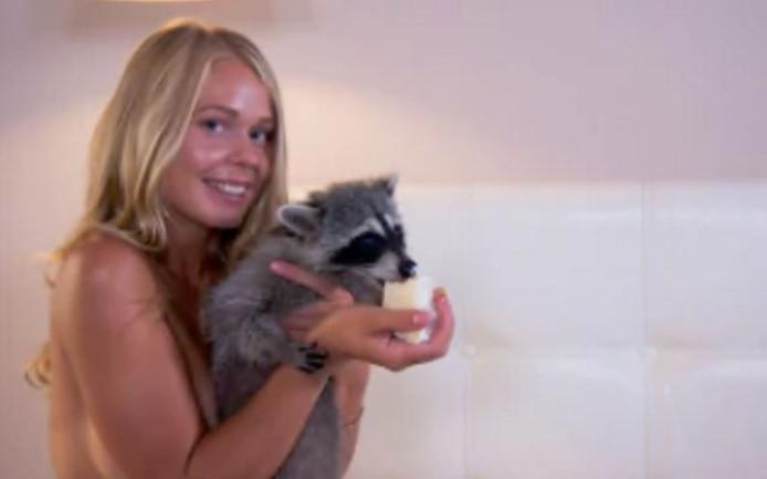 Reclamebureau aangeklaagd om erotische fotoshoot met wasbeer