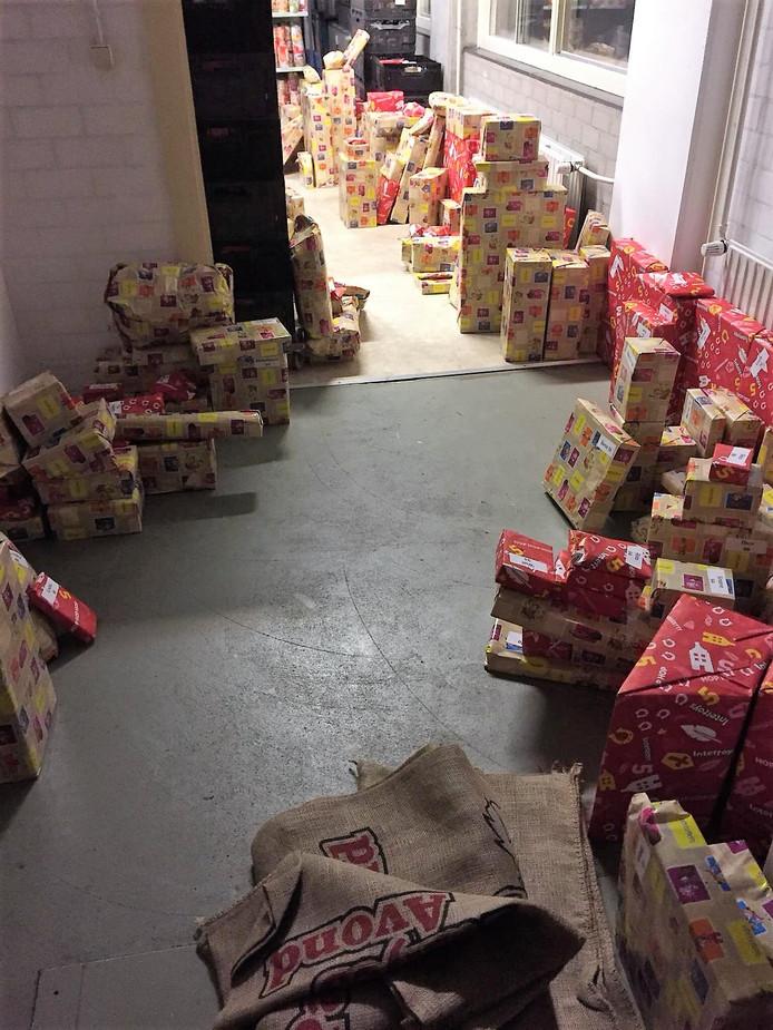 De vele cadeaus in het magazijn van de Voedselbank Bommelerwaard, vlak voordat ze werden uitgedeeld aan de kinderen van afnemers.